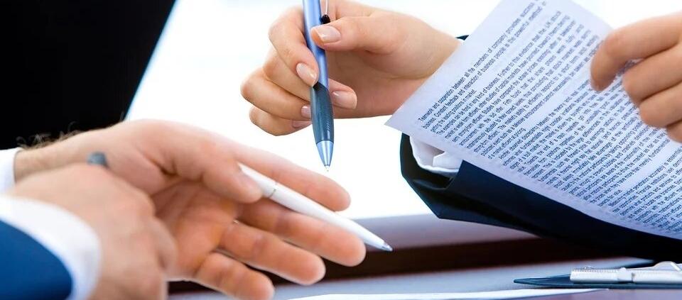 В хода на този процес в процеса няма ограничения на доказването, подобно на свидетелските показания по чл. 164 ГПК, и проверката на автентичността се извършва от съда чрез подходящите доказателствени средства (чл. 194 ГПК)[18]. Целта е да се установи дали частният документ е подписан от посоченото като автор лице, в който случай съдът ще бъде обвързан от формалната доказателствена сила по чл. 180 ГПК. Ако документът се признае за неавтентичен, той ще бъде изключен от доказателствата и ще бъде пратен на прокурора за преценка дали подправянето му не съставлява престъпление (чл. 194 ал.2 ГПК). По въпроса за истинността на частния документ съдът се произнася с нарочно определение или направо в решението. Определението не подлежи на самостоятелно обжалване по реда на чл. 274 ГПК, а се обжалва заедно с решението[19].
